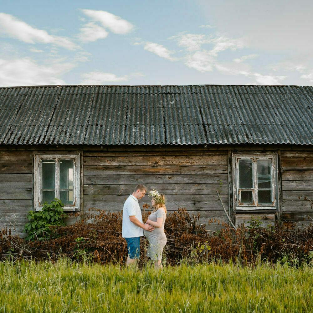 sesja ciążowa w okolicach Lublina - rodzice na tle chaty
