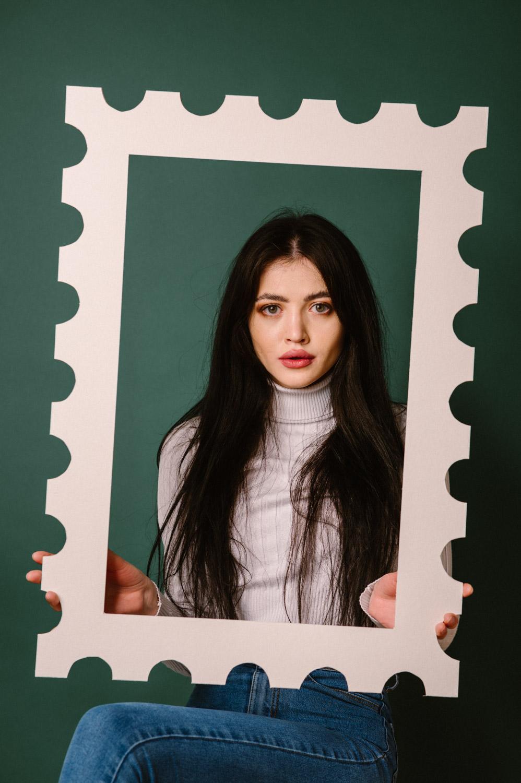 portret dziewczyny w ramie w kształcie znaczka pocztowego
