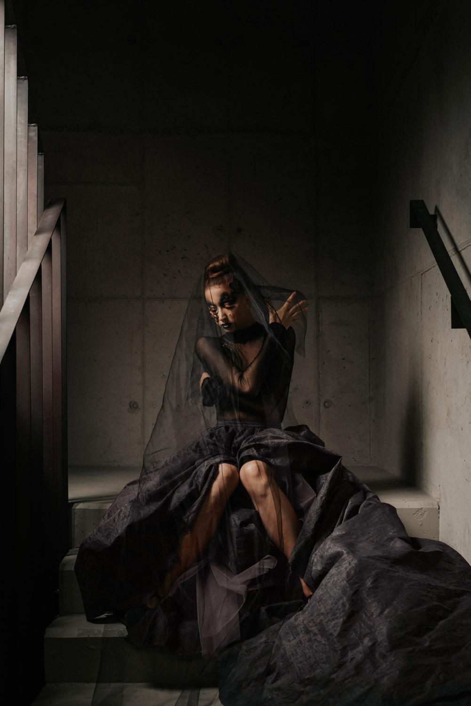 czarny portret w sukni