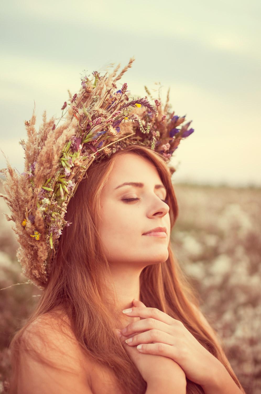 polny portret dziewczyny z wiankiem - fotografia kobieca