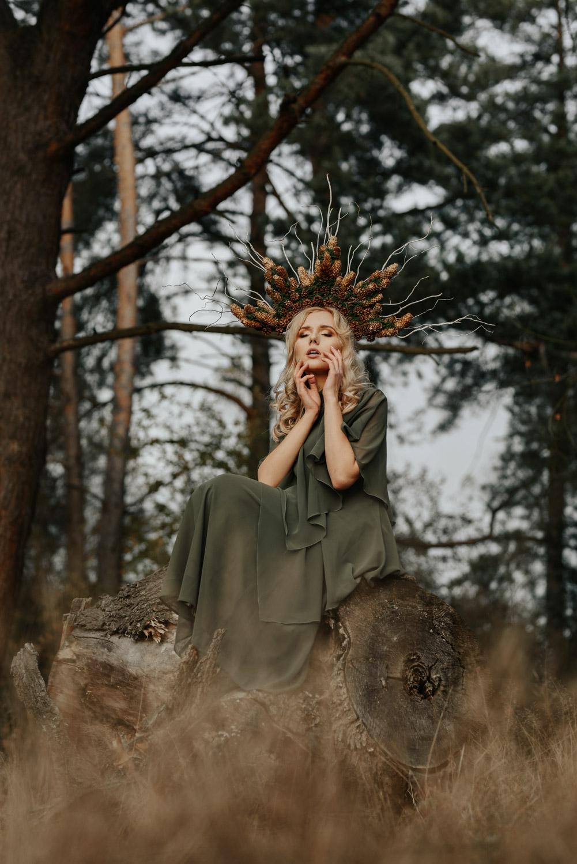 kreacyjny leśny portret dziewczyny w zielonej sukni