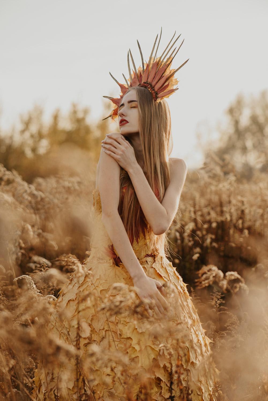 jesienny portret dziewczyny w sukni z liści