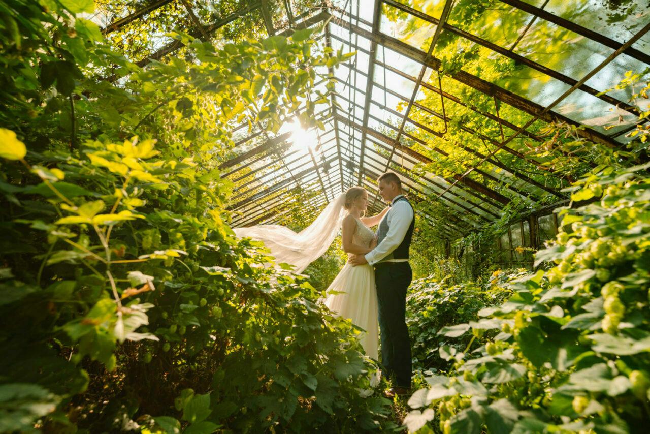 para młoda wśród zieleni w szklarni