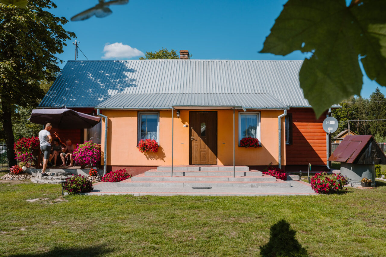 pomarańczowy dom na wsi