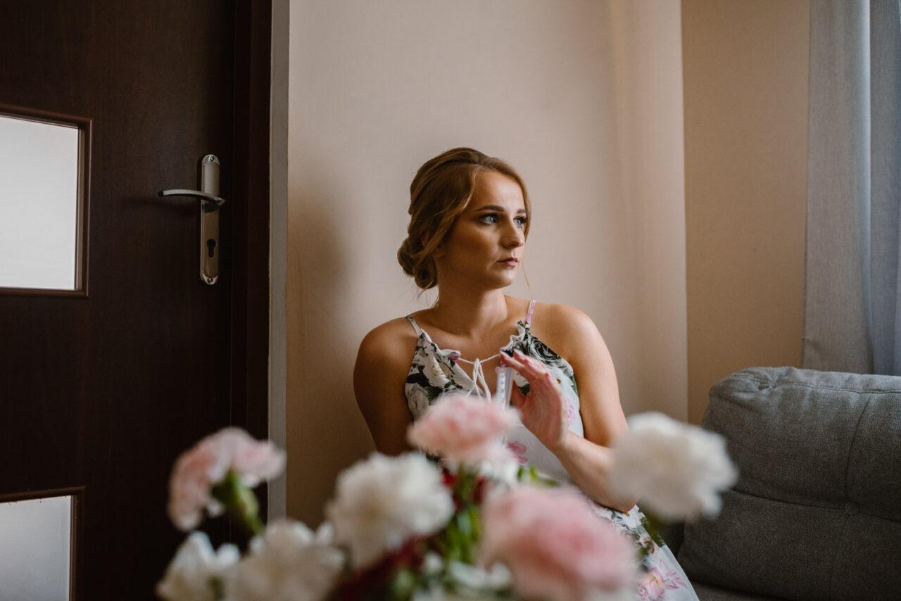 portret kobiety i bukiet kwiatów