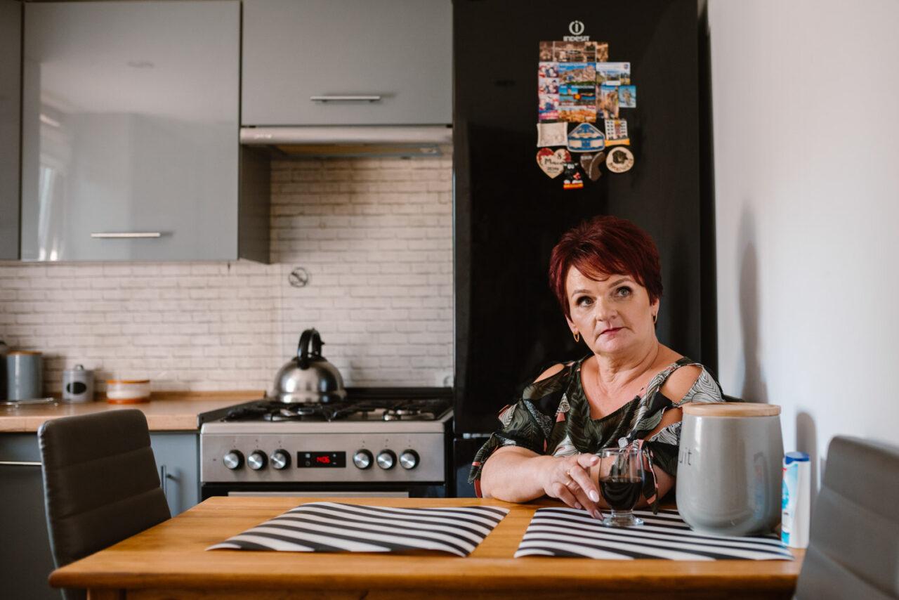 portret kobiety pijącej kawę w kuchni
