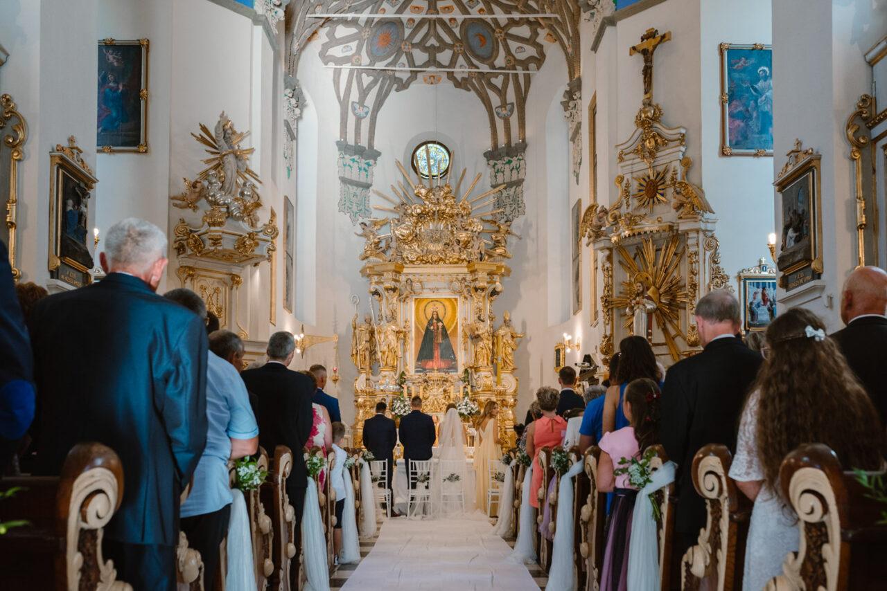 wnętrze bazyliki w Kodniu podczas ślubu