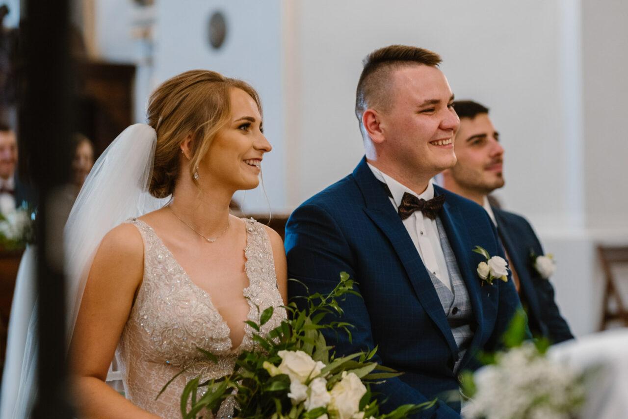 emocjonalny ślub nad Bugiem - radosna para młoda