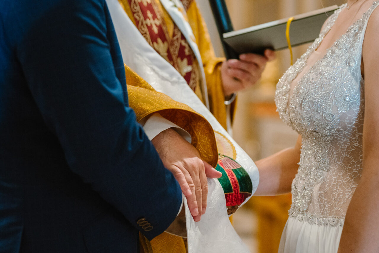 ksiądz wiąże stułę na dłoniach pary młodej