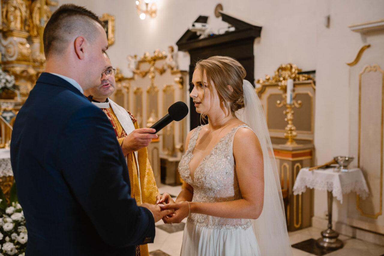 emocjonalny ślub nad Bugiem - przysięga pary młodej