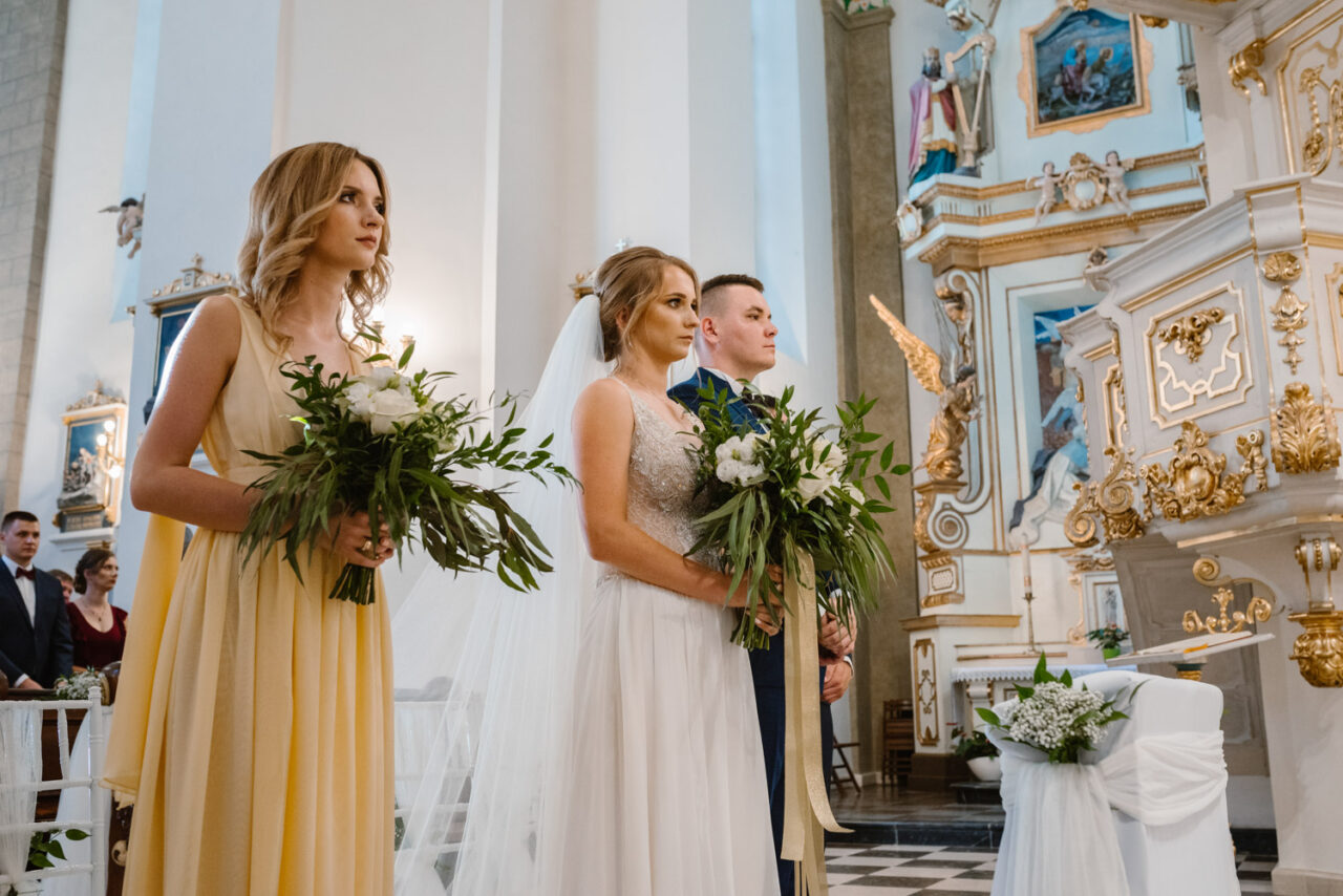 emocjonalny ślub nad Bugiem - para młoda i druhna w bazylice kodeńskiej