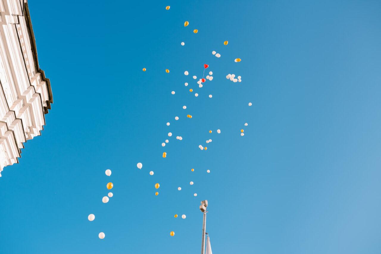 balony ślubne na tle nieba