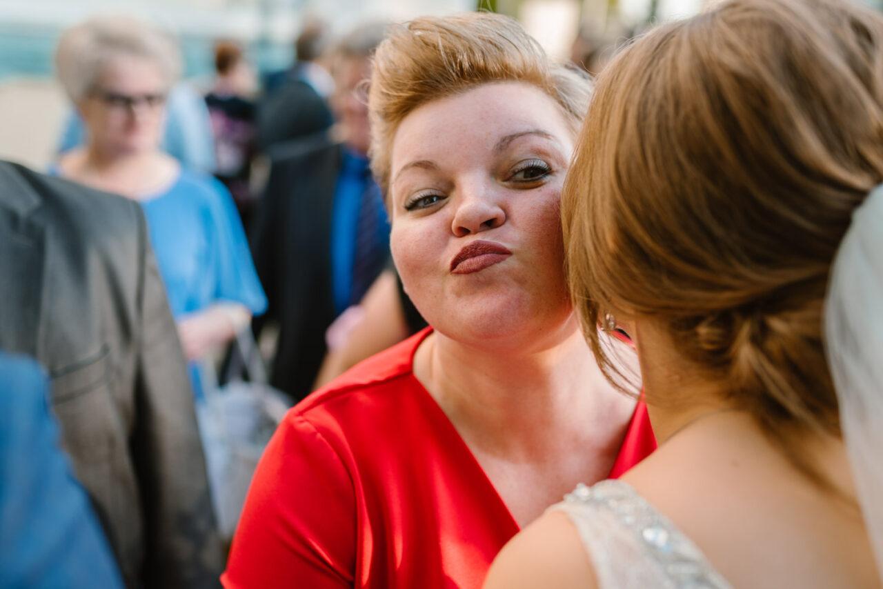 panna młoda całuje kobietę w policzek