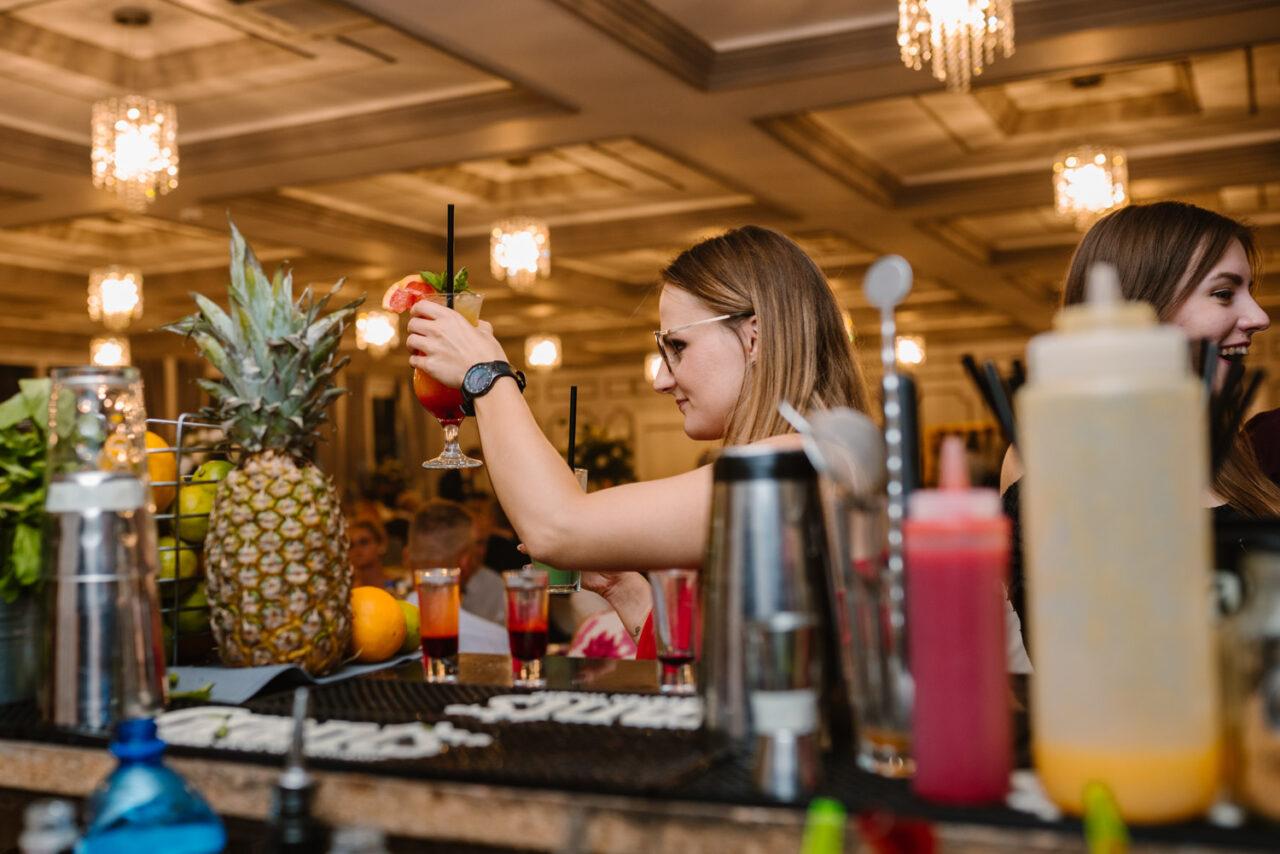 dziewczyna z koktajlem za drinkbarem