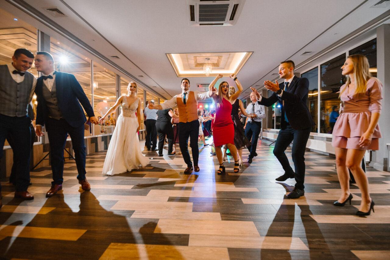 goście weselni tańczą na parkiecie