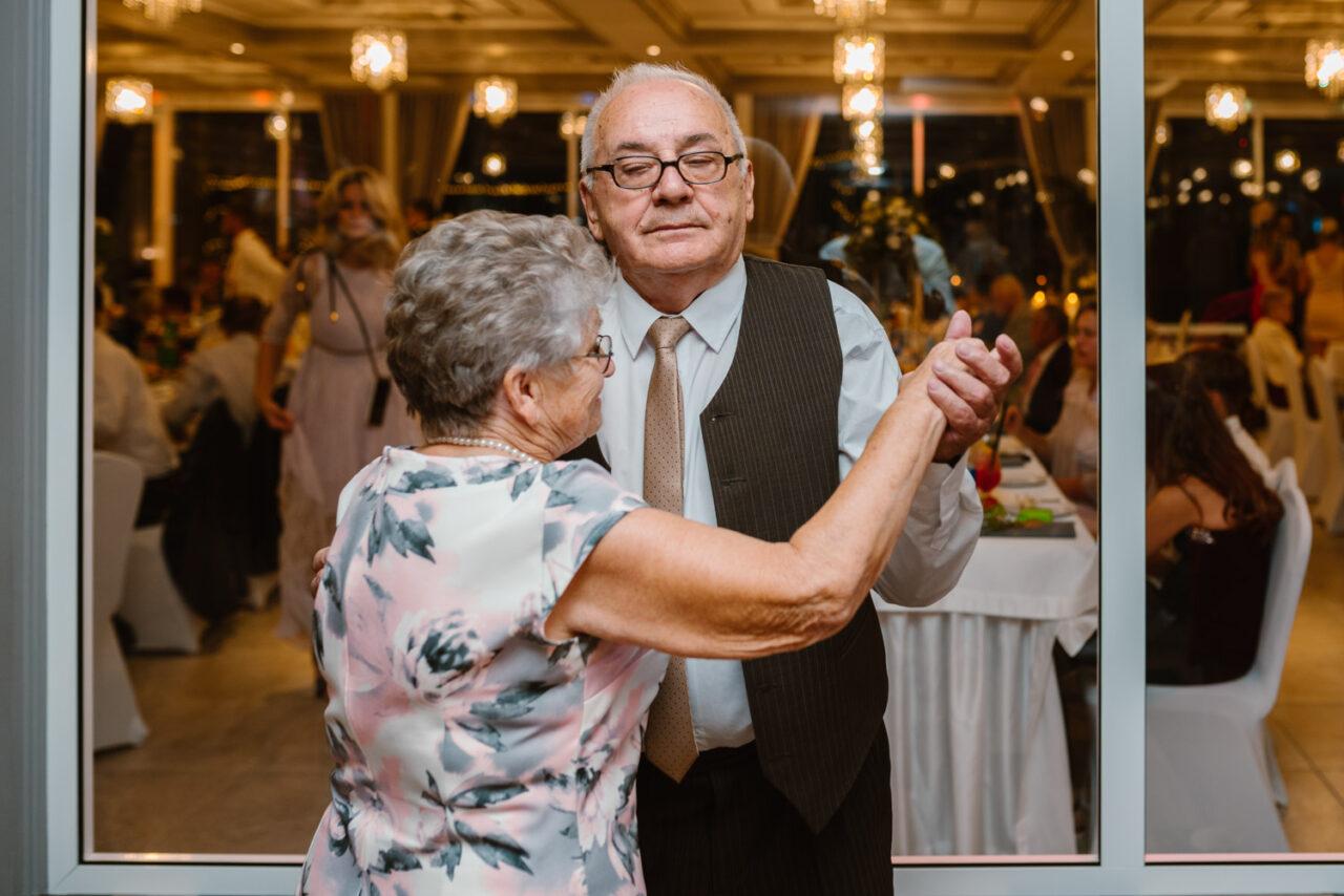 dziadek z babcią tańczą podczas wesela