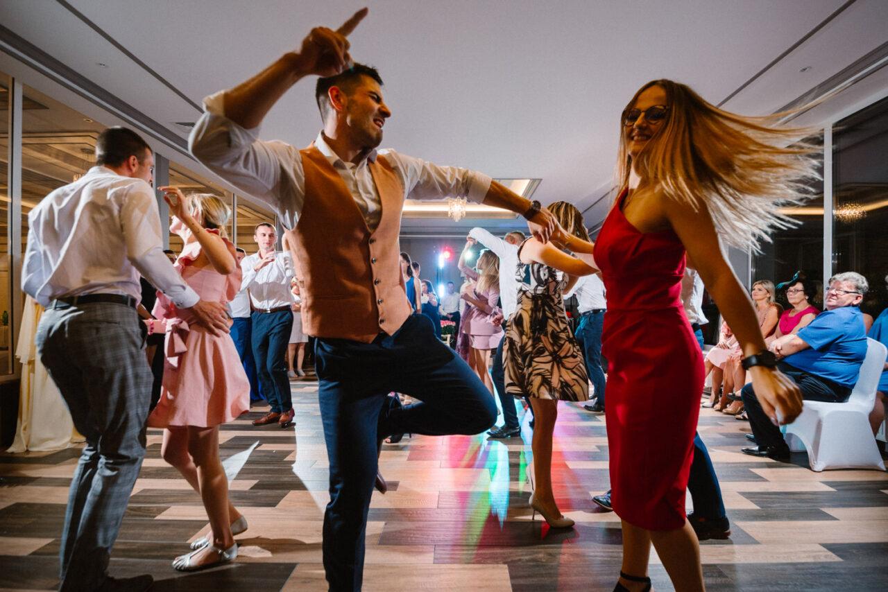 goście tańczący podczas wesela