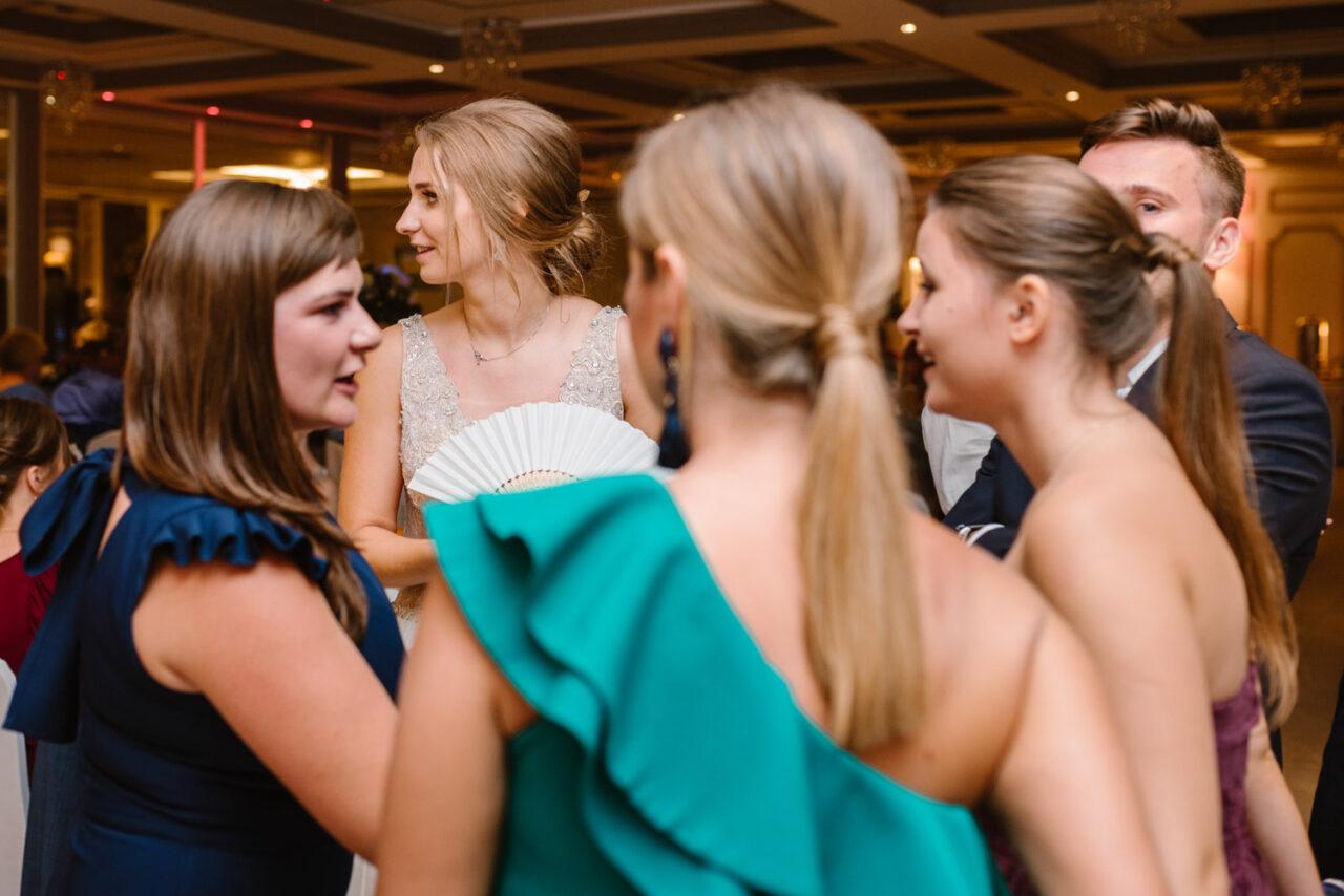 panna młoda w otoczeniu kobiet podczas wesela