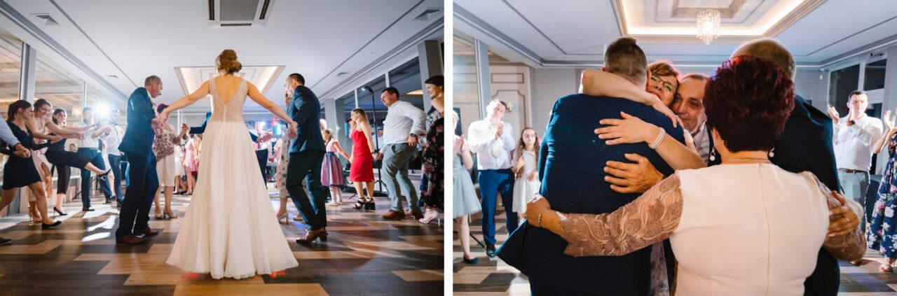 para młoda tańczy z rodzicami