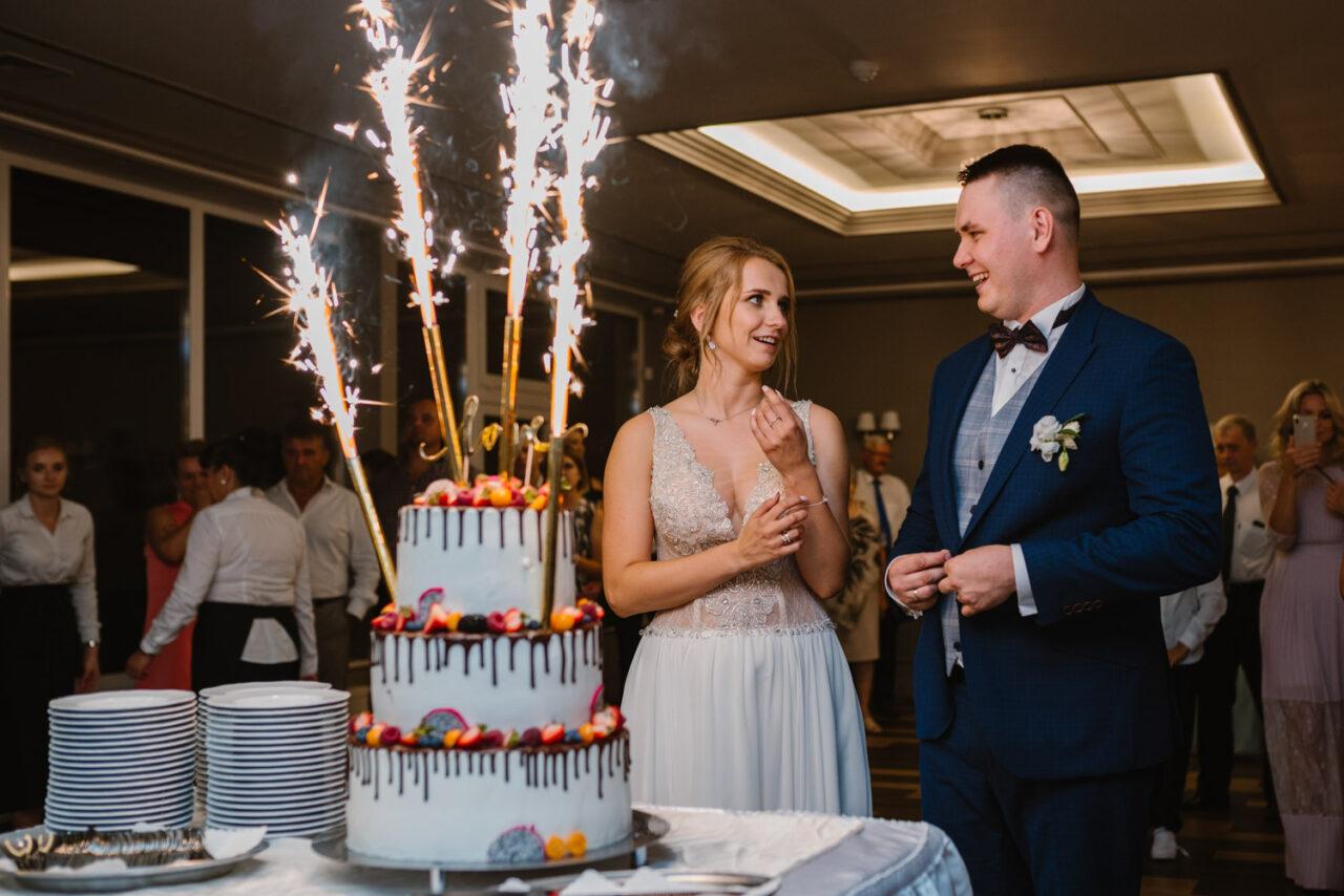 para młoda i weselny tort