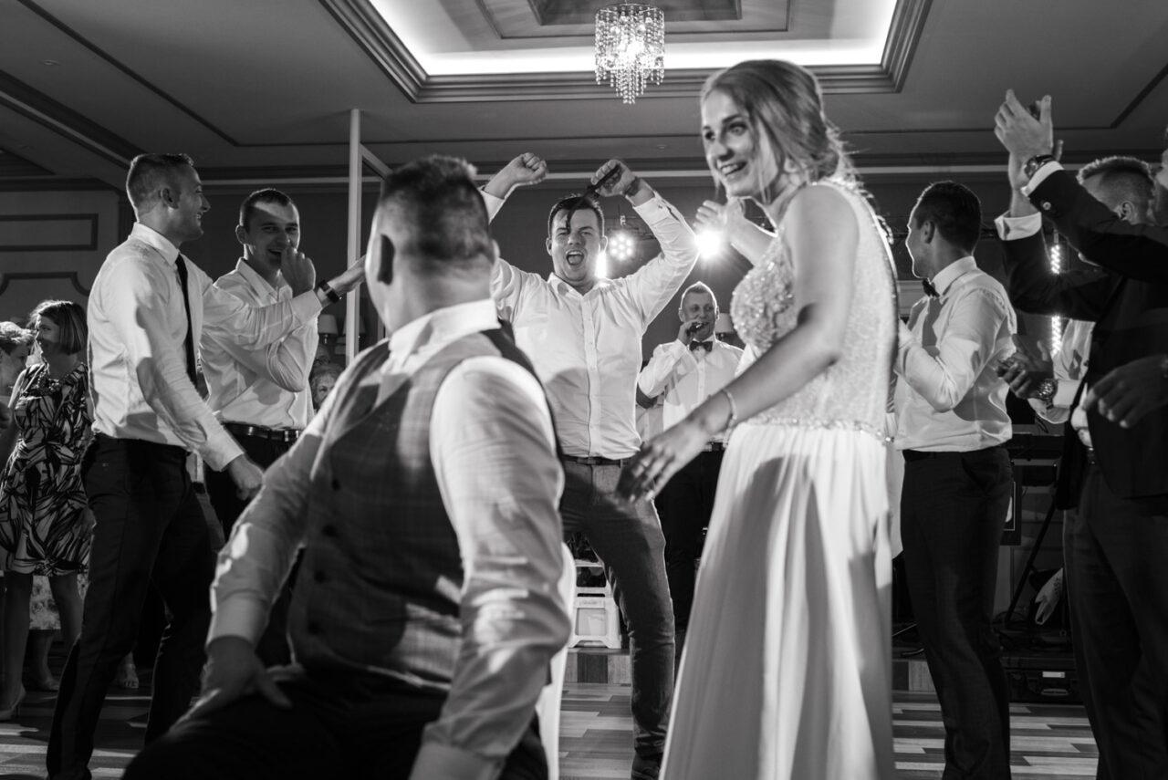 goście weselni podczas zabaw