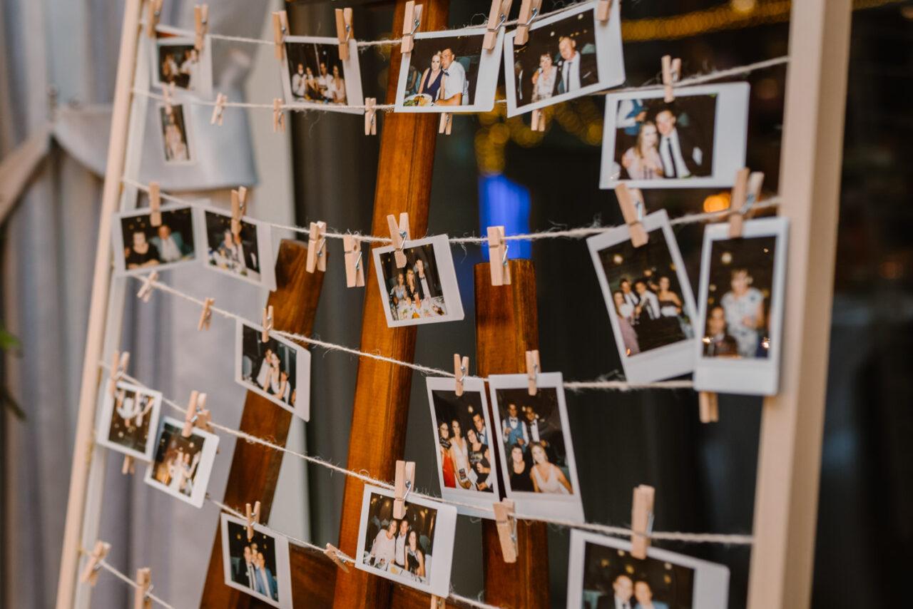 tablica z przypiętymi zdjęciami