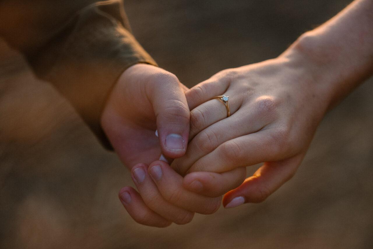 dłonie narzeczonych z pierścionkiem