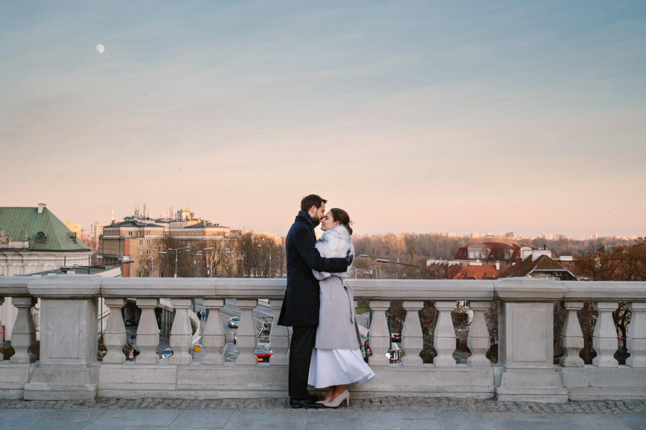 para młoda przytula się na tle krajobrazu Warszawy