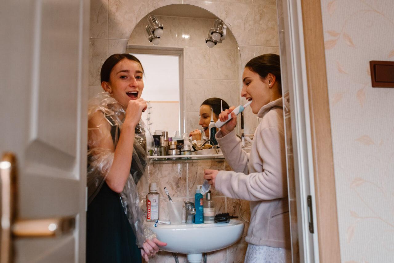 panna młoda i druhna myją zęby