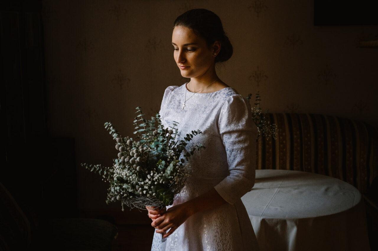 panna młoda trzymająca bukiet ślubny
