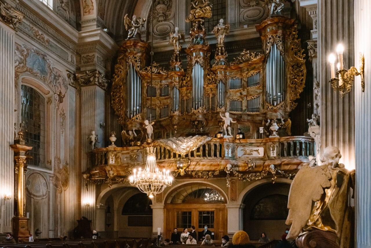 wnętrze kościoła akademickiego świętej Anny w Warszawie
