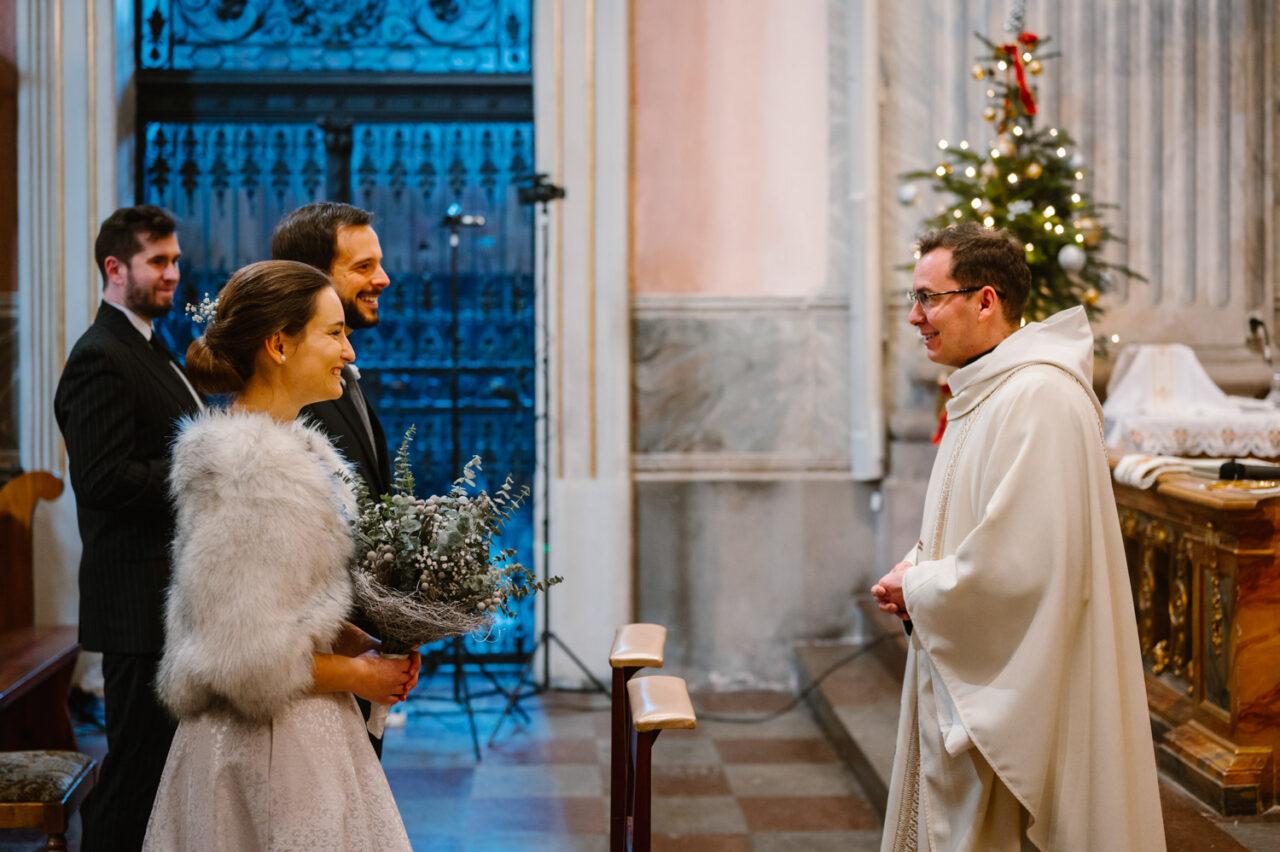 ksiądz wita parę młodą w kościele
