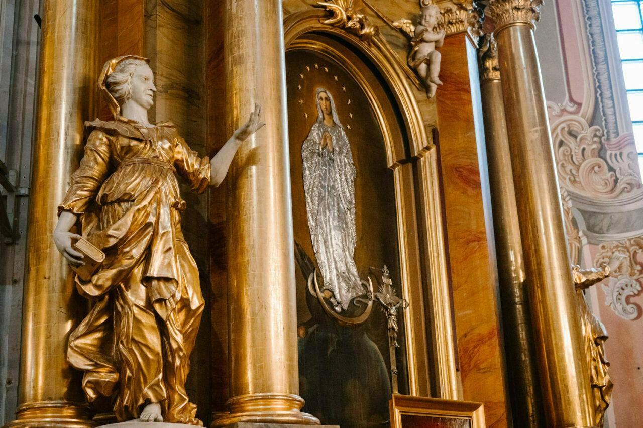 obraz Matki Bożej oraz rzeźba w kościele św. Anny w Warszawie