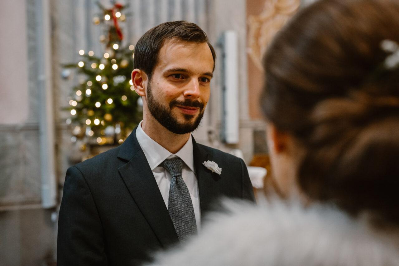 pan młody ślubuje miłość w kościele