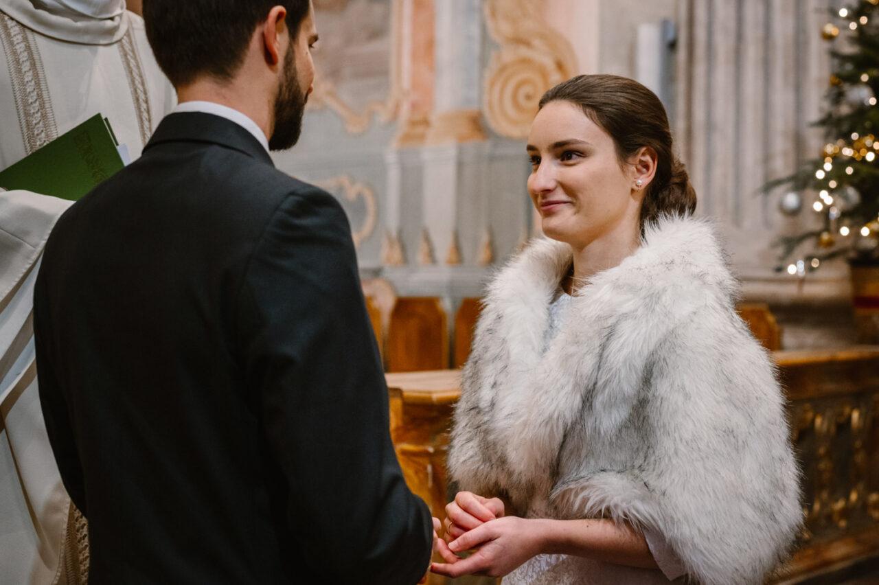 panna młoda ślubuje miłość w kościele