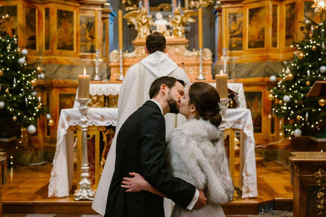 para młoda całuje sięprzed ołtarzem w kościele Anny w Warszawie