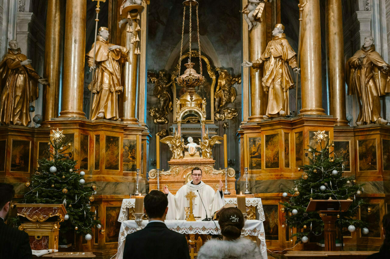 para młoda przed ołtarzem głównym kościoła świętej Anny w Warszawie