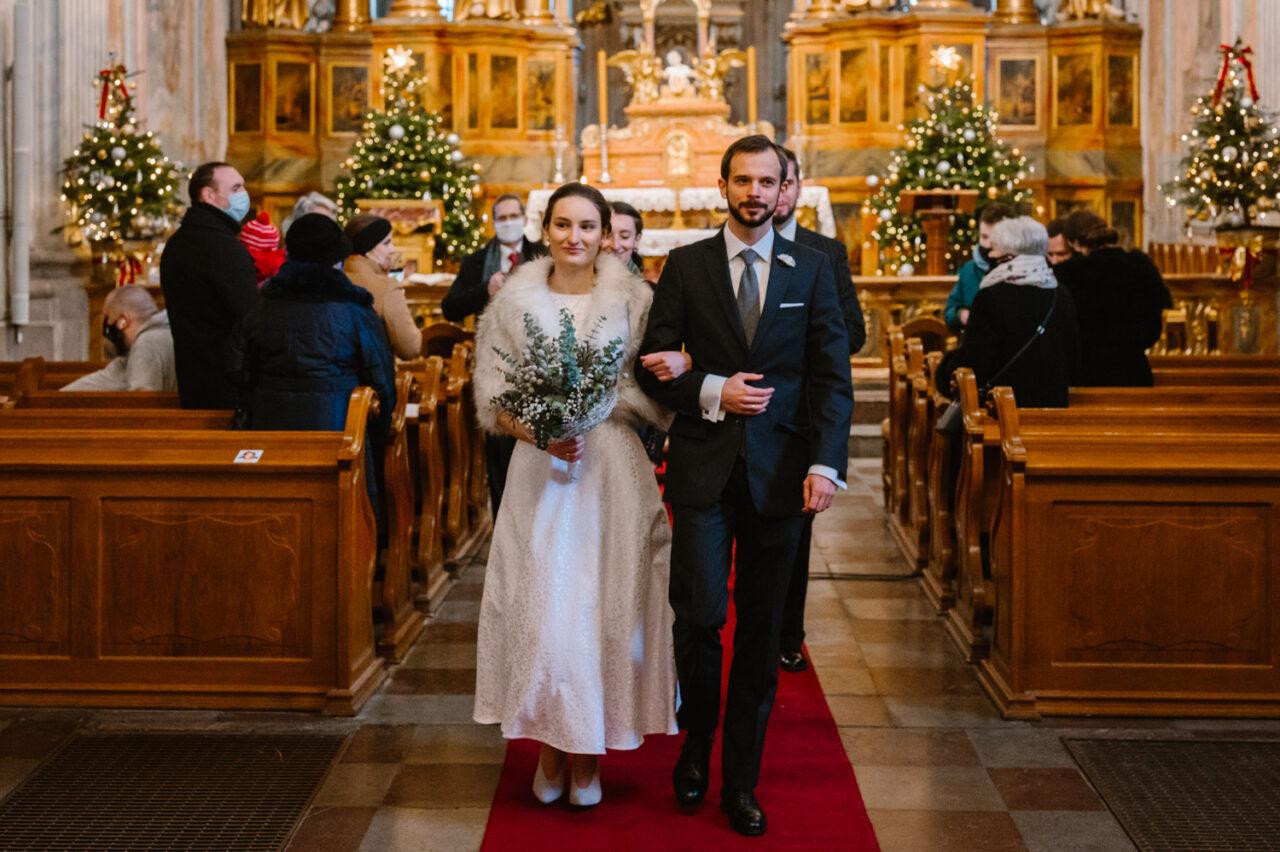 para młoda wychodząca z kościoła akademickiego w Warszawie