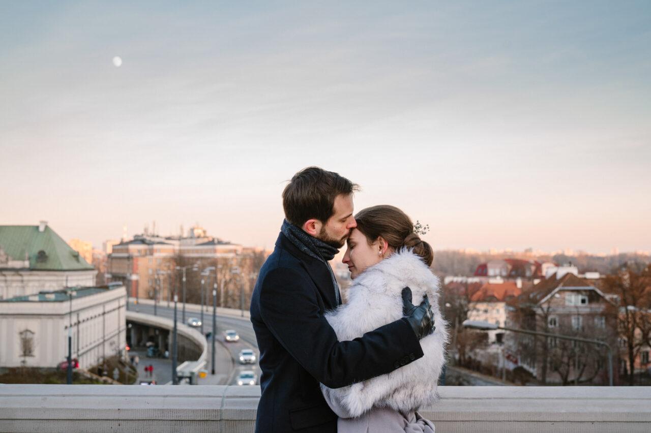para młoda przytula sięna tle starego miasta w Warszawie