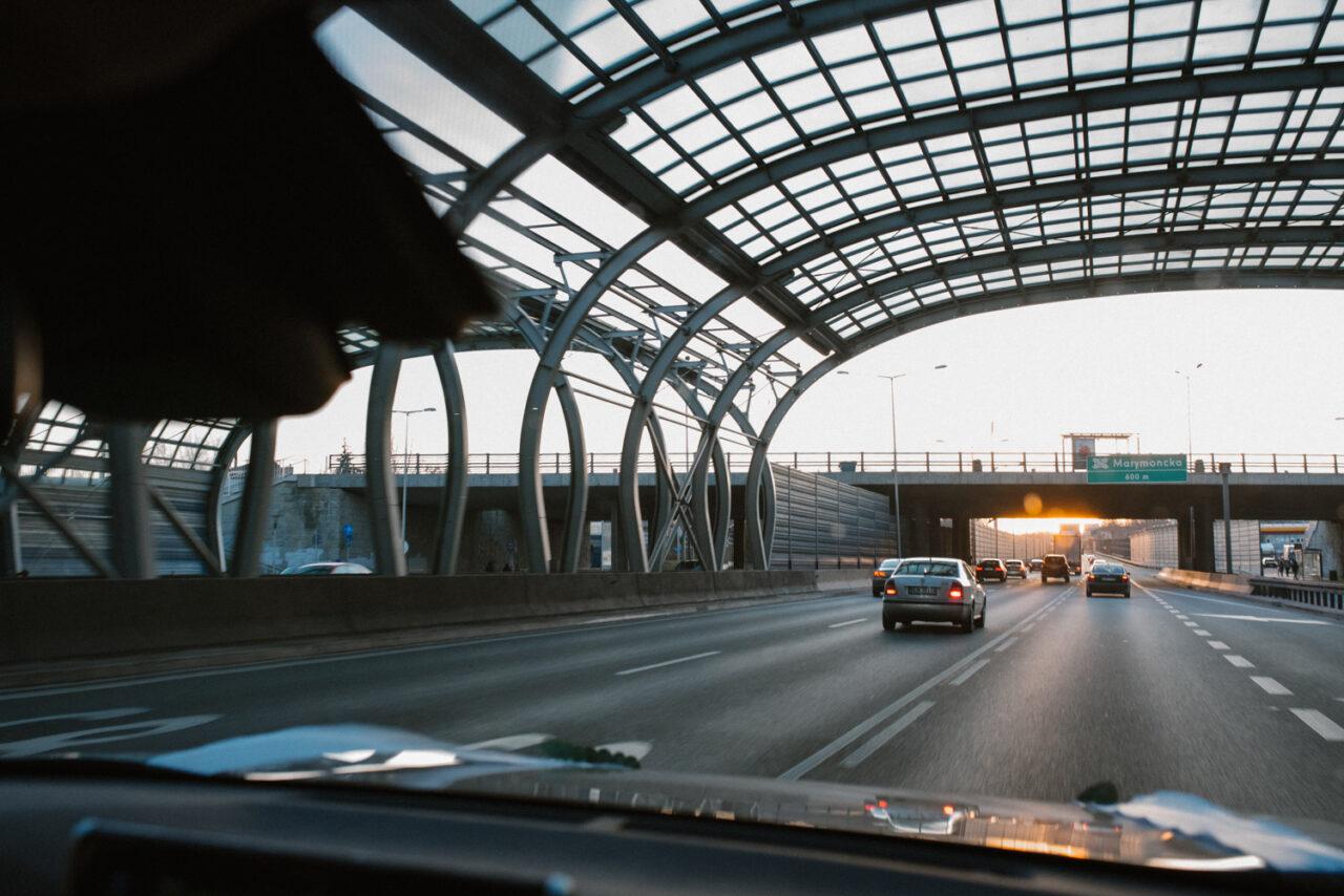 zachodzące słońce nad drogą szybkiego ruchu w Warszawie