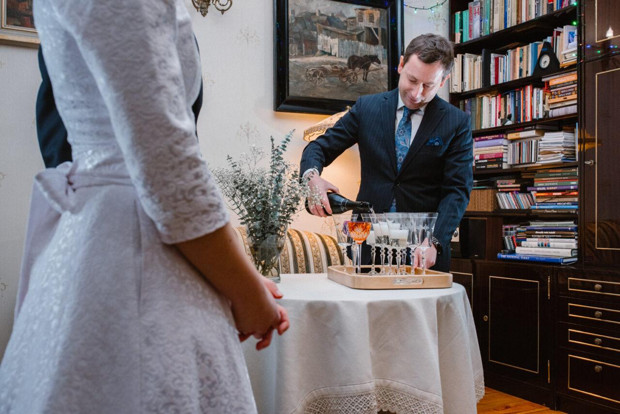 tato panny młodej leje szampana w domu