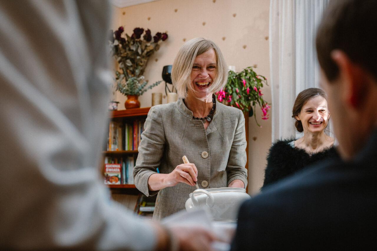 wesoła kobieta nalewa zupę