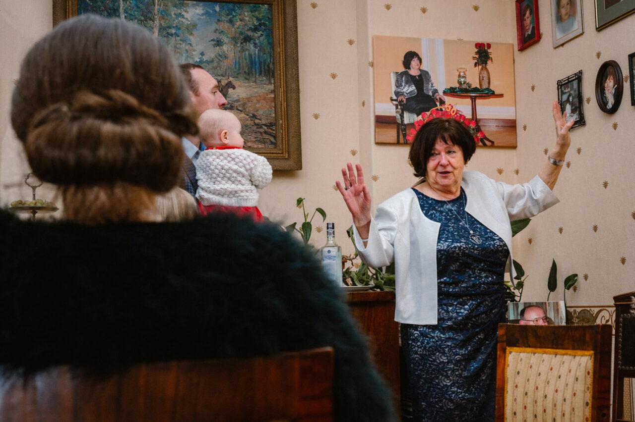 babcia opowiada gościom weselnym rodzinne historie