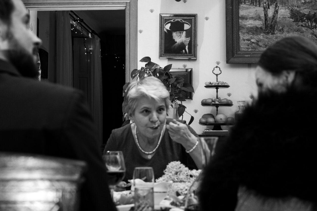 kobieta je zupę na tle obrazu mężczyzny jedzącego zupę