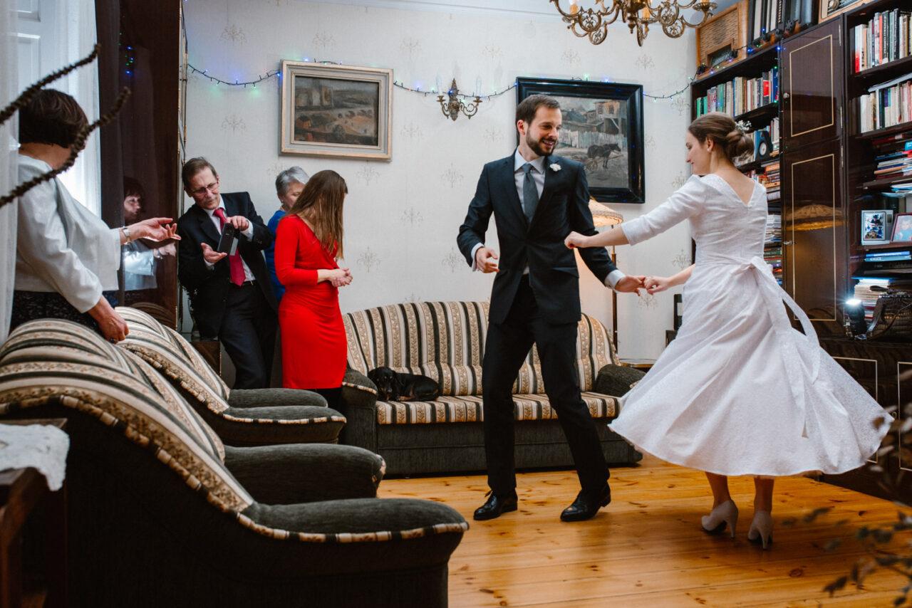 pierwszy taniec podczas przyjęcia w domu