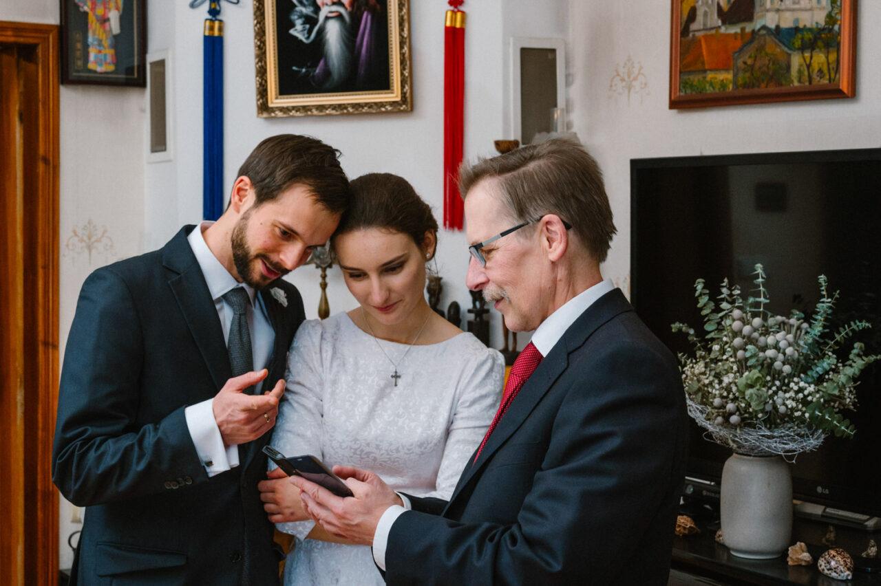 para młoda z tatą ogląda zdjęcia w telefonie