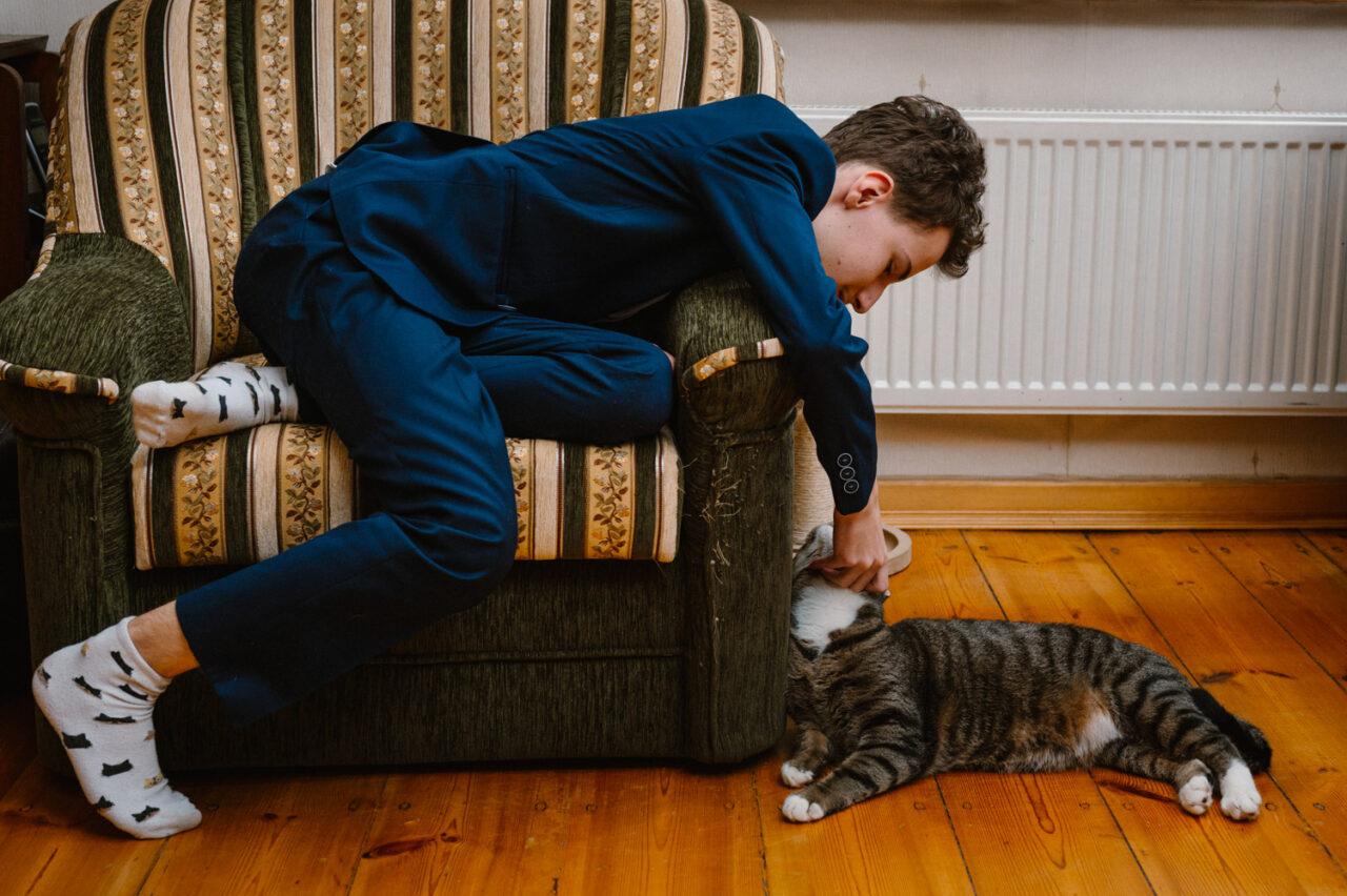 chłopak bawiący się z kotem