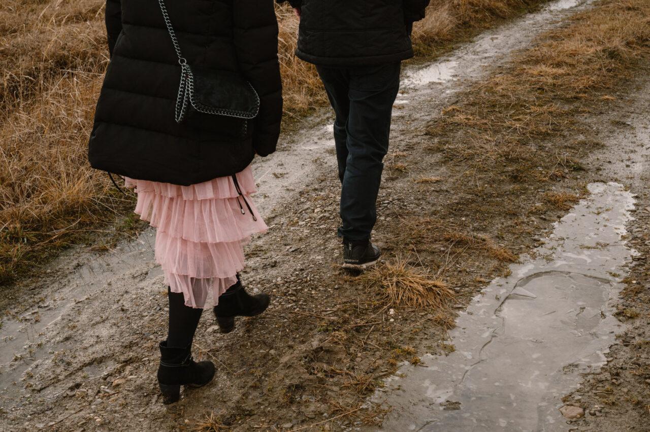 nogi narzeczonych na tle błotnistej drogi górskiej