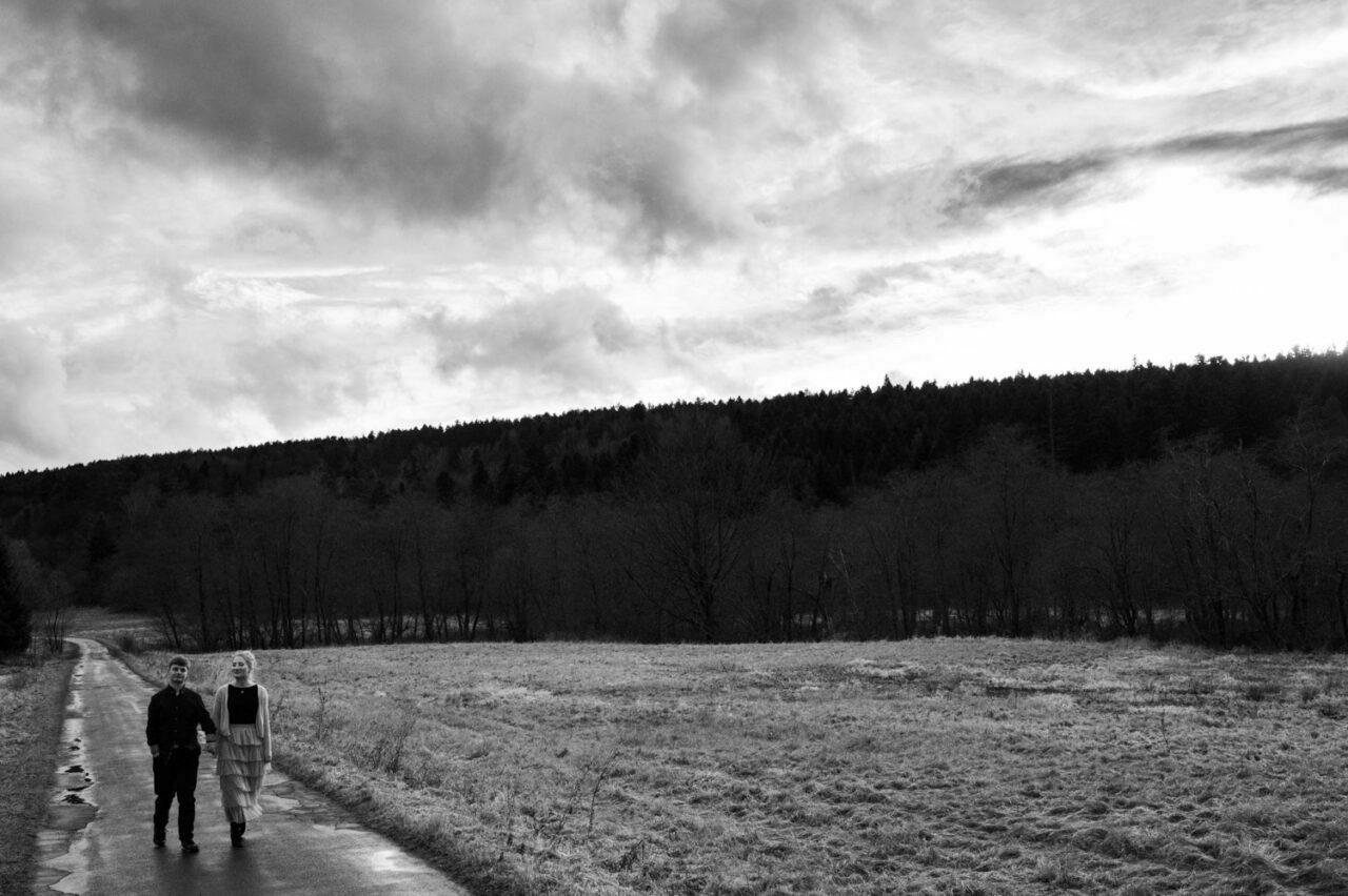 para narzeczonych idzie przez górską drogę