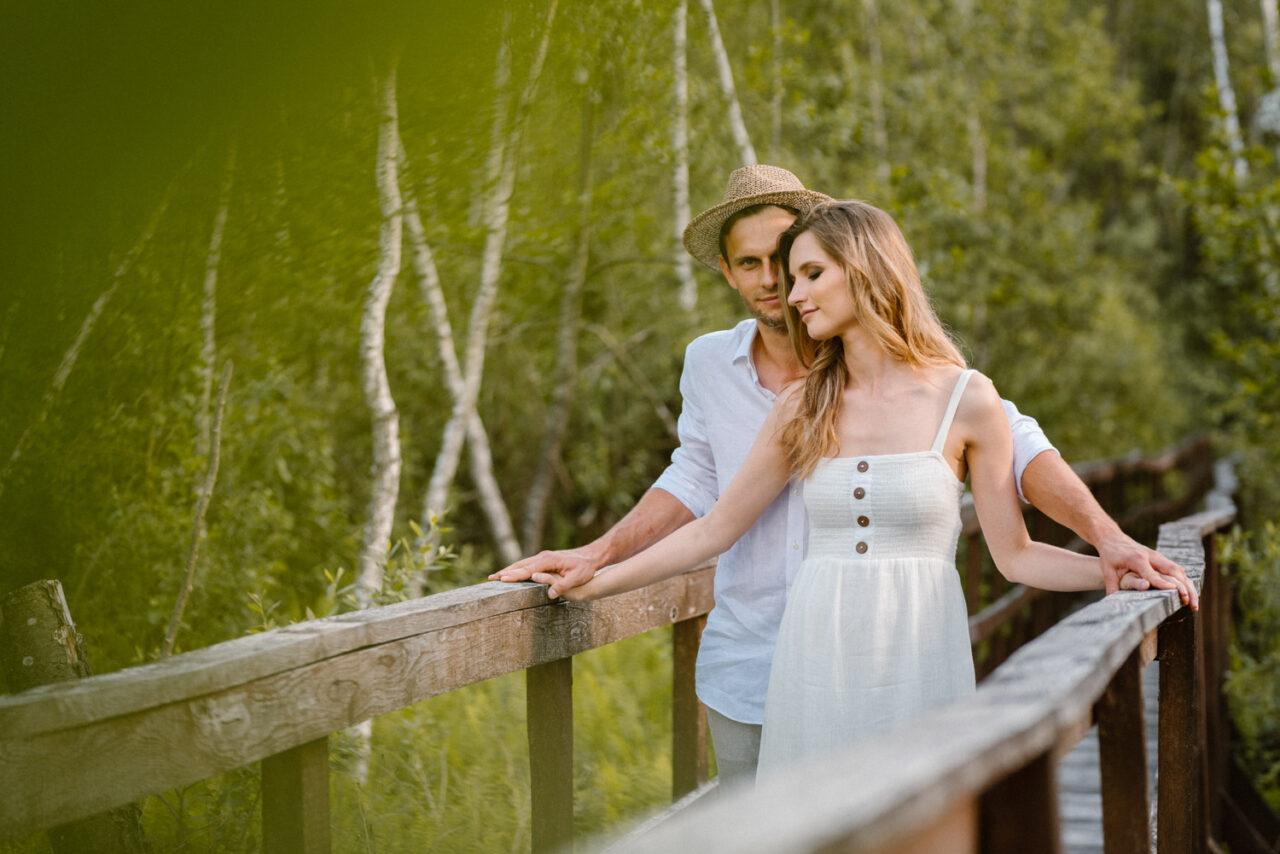 narzeczeńska sesja w lesie - portret zakochanych